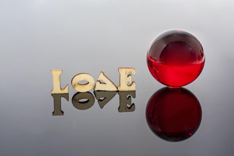 Abstracte samenstelling van liefde Geïsoleerde houten brieven en glasballen royalty-vrije stock foto