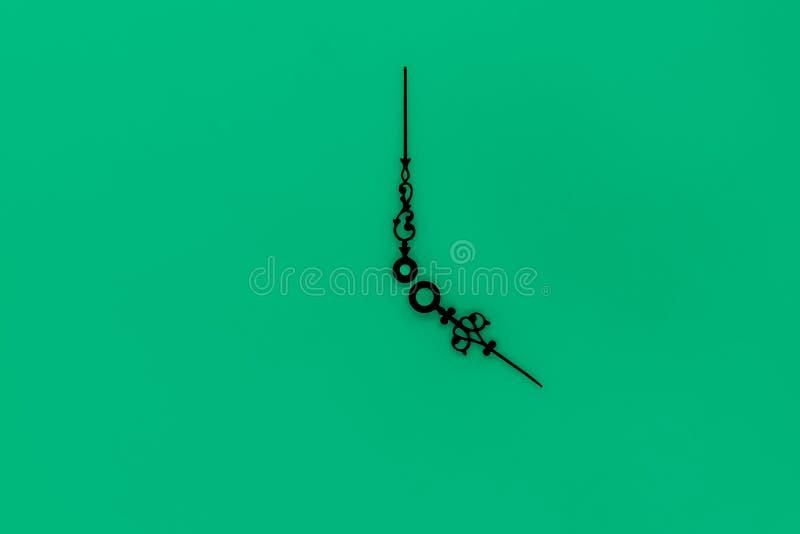 Abstracte samenstelling van zeer oude en uitstekende zwarte met de wijzers van de klok mee op groene oppervlakte als achtergrond royalty-vrije stock afbeelding