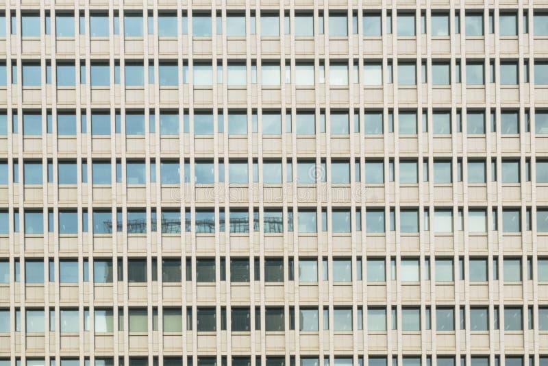 Abstracte stedelijke of technologieachtergrond die detail van moderne lange bureaugebouwen kenmerken stock foto's