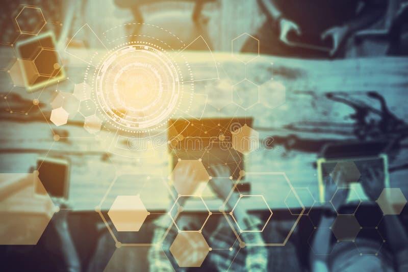 Abstracte technologiepictogrammen met vage bedrijfsmensen op vergaderzaalachtergrond Verbindings en communicatie concept stock fotografie