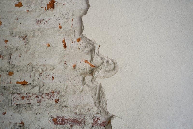 Abstracte textuur en achtergrond van rot gepleisterd cement op de bakstenen muur stock foto's