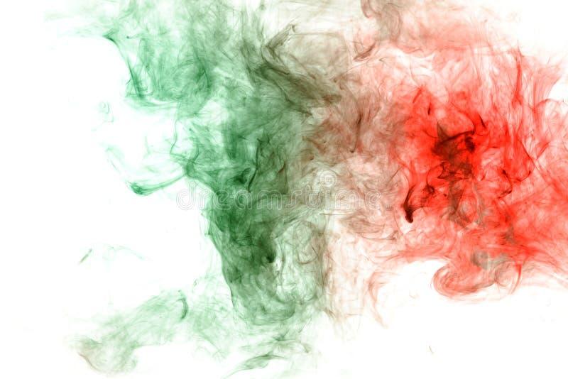 Abstracte vervorming van het proces om twee substanties van groen en rood in de vorm van een golvend patroon van rook of inkt te  royalty-vrije stock fotografie