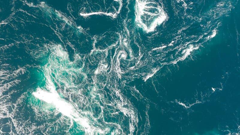 Abstracte waterstromen, stroomversnelling en draaikolken in oceaan stock afbeeldingen