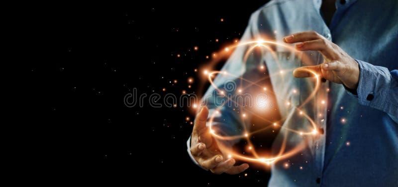 Abstracte wetenschap, handen die atoomdeeltje, kernenergie houden royalty-vrije stock afbeeldingen