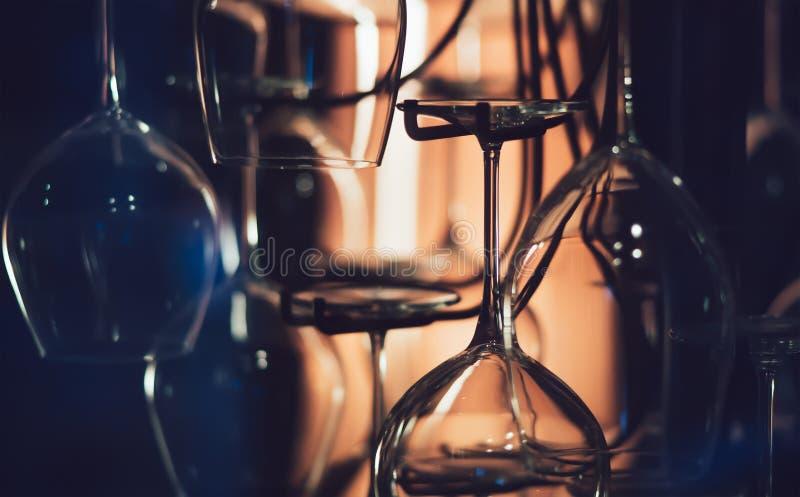Abstracte wijnglazen in dark stock foto's
