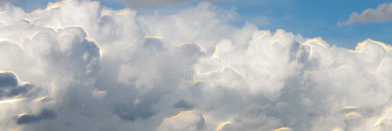 Abstracte wolken met flitsen van energie stock fotografie