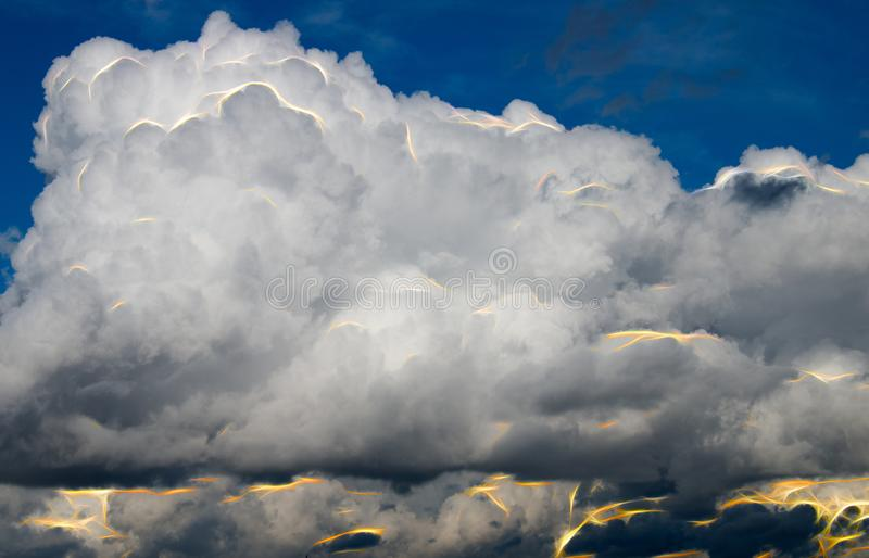 Abstracte wolken met flitsen van energie stock afbeeldingen