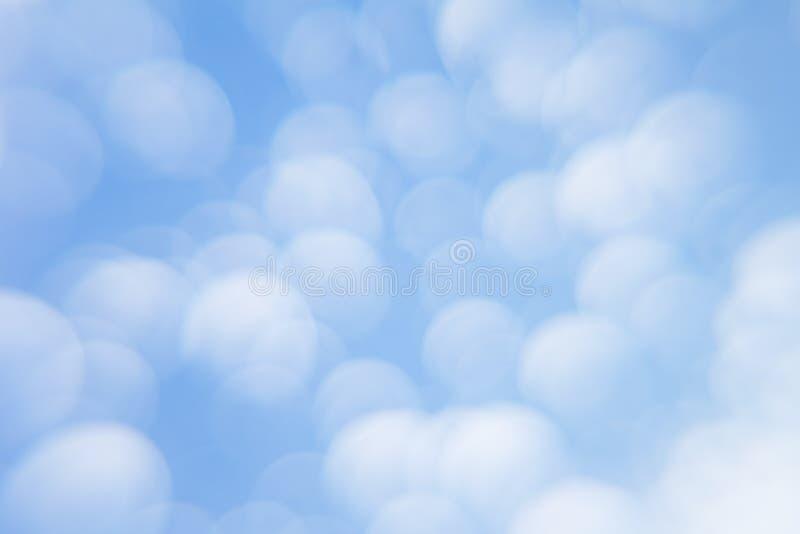Abstracte zachte lichtblauwe achtergrond met vage cirkels Kleine wolken op een zonnige dag Achtergrond royalty-vrije stock foto
