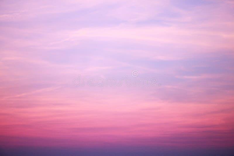 Abstracte zonsopganghemel vage achtergrond met exemplaarruimte Fantasie of science fictionconcept Melkweg en ruimteontwerp stock foto