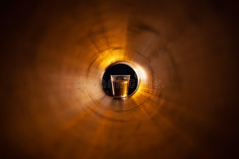 Abstractie een glas van alcohol aan het eind van de tunnel royalty-vrije stock foto