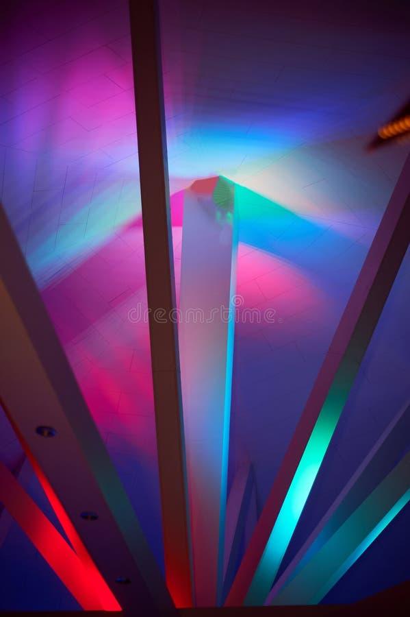 Abstractie Stralen onder Polycom met gekleurde lichten Mooie rijke kleuren stock foto