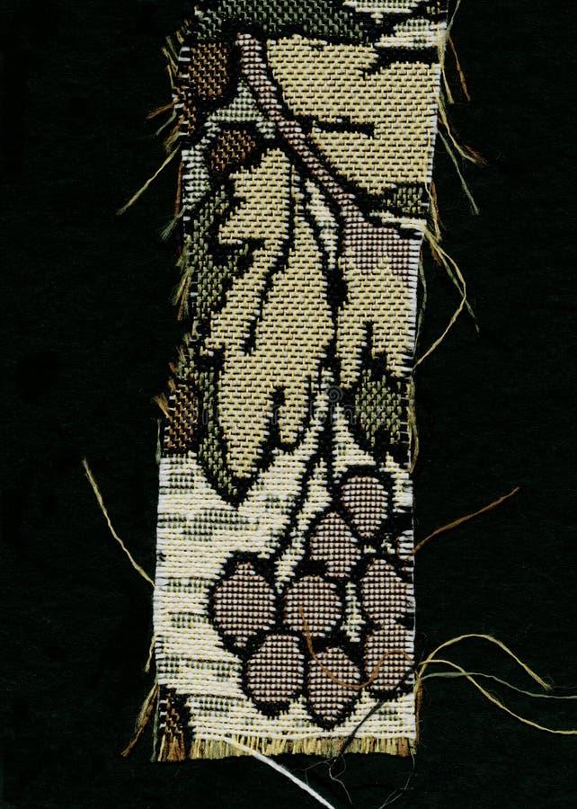Abstractie voor de achtergrond donkere bruine stof met bloemendieornamenten van bosbladeren worden gemaakt royalty-vrije stock fotografie