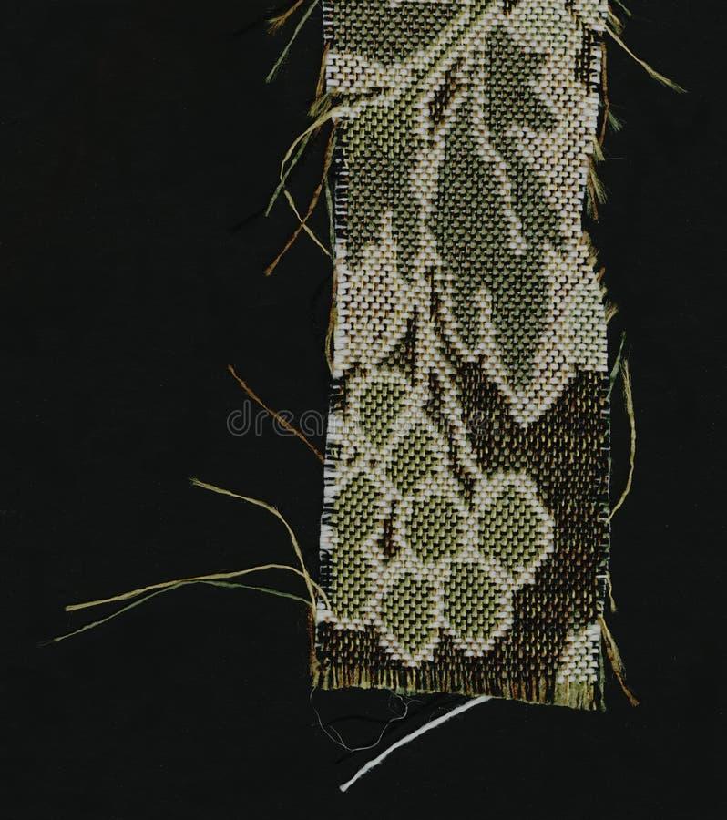 Abstractie voor de achtergrond donkere bruine stof met bloemendieornamenten van bosbladeren worden gemaakt stock afbeelding