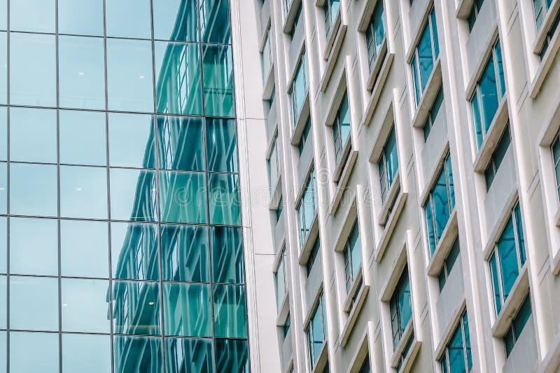 Abstracto urbano - primer de la pared de cortina de cristal de la ciudad moderna, esquina windowed del edificio de oficinas fotografía de archivo libre de regalías