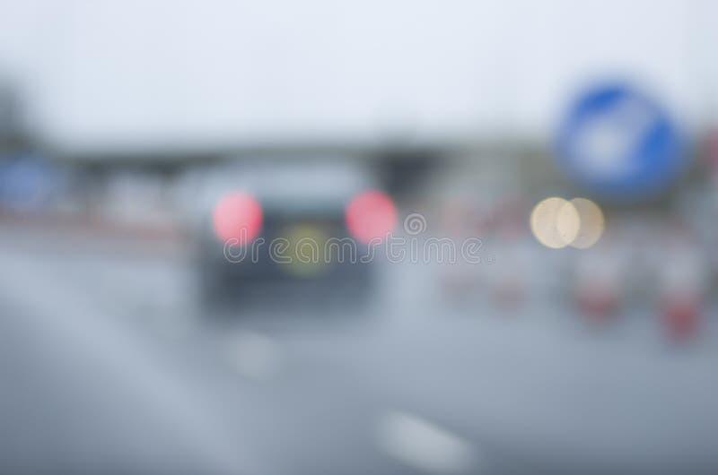Abstraia a estrada perigosa borrada do carro que conduz em chuvoso molhado e fotografia de stock royalty free