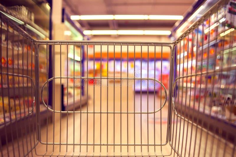 Abstraia a foto borrada da loja com trole do alimento em um supermark foto de stock royalty free