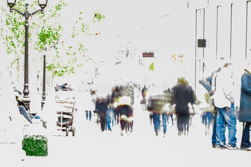 Abstraia a multidão borrada que move-se contra um fundo de uma paisagem urbana Homem e mulheres felizes Para seu projeto Copie o  foto de stock