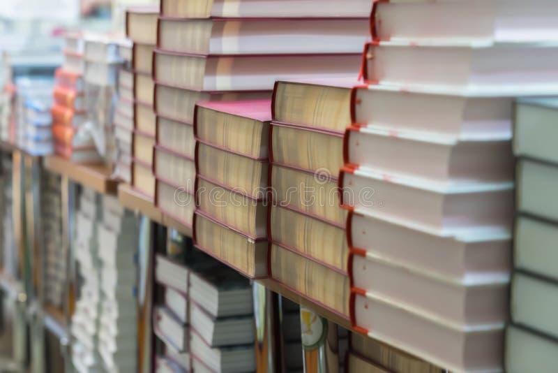 Abstraia o fundo borrado da pilha dos livros, livros de texto, ficção nas livrarias ou na biblioteca Educação, escola, estudo imagem de stock royalty free