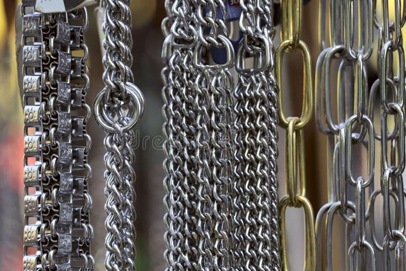 abstraia o fundo Várias correntes de suspensão do metal foto de stock