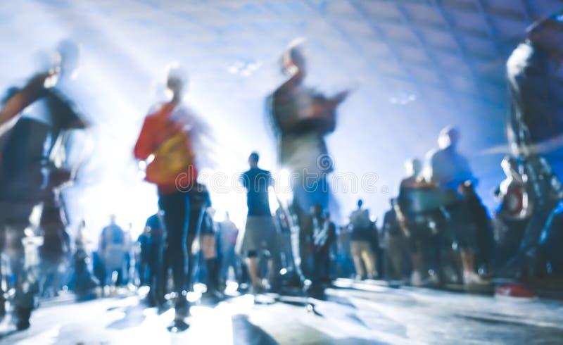 Abstraia os povos borrados que dançam no evento do concerto do festival da noite do partido da música imagem de stock royalty free