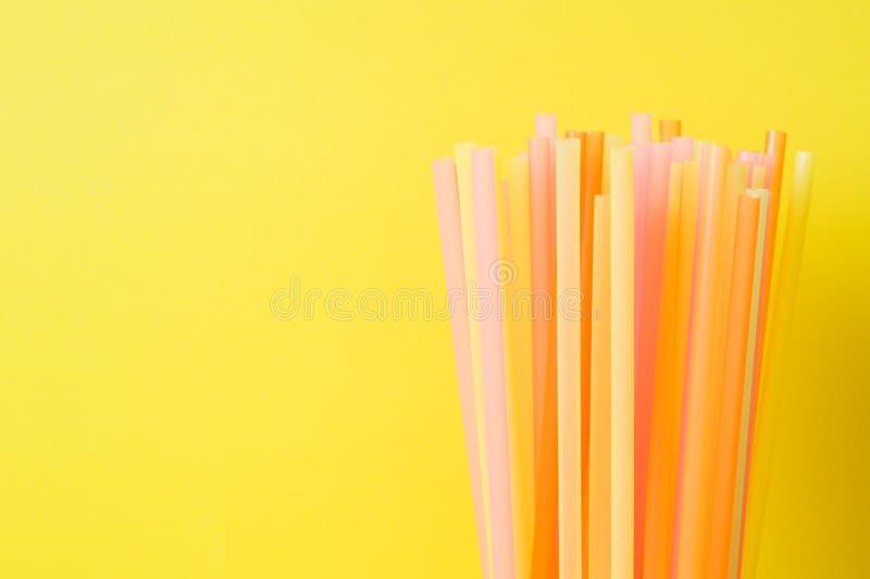 Abstraia um colorido das palhas plásticas usadas para a água potável ou os refrescos Foco seletivo Copie o espaço foto de stock royalty free