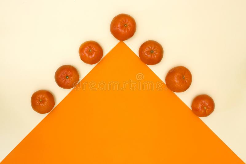Abstraia a vida imóvel com os mandarino e triângulo alaranjado imagens de stock royalty free