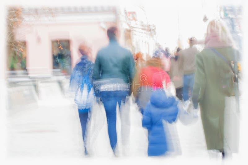 abstraiga el fondo Falta de definición de movimiento intencional Familias con los niños, otras personas que caminan a lo largo de imagen de archivo libre de regalías