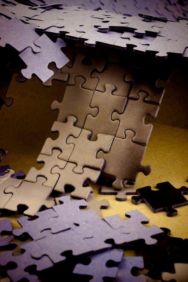 abstraiga el fondo Rompecabezas apilados y dispersados en la forma o fotografía de archivo libre de regalías