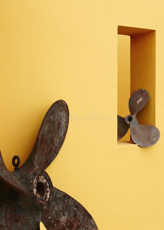 Abstraiga la visualización contra la pared amarilla imagen de archivo