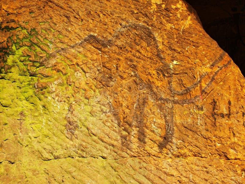 Abstrakcjonistyczna dziecko sztuka w piaskowcowej jamie. Czarna węgiel farba mamut na piaskowiec ścianie zdjęcia royalty free