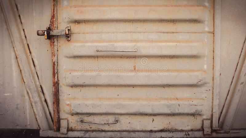 Abstrakcjonistyczna grungy metal powierzchnia, kędziorek na ośniedziałym żelaznym drzwi łomotać samochodowego pociąg i obrazy royalty free