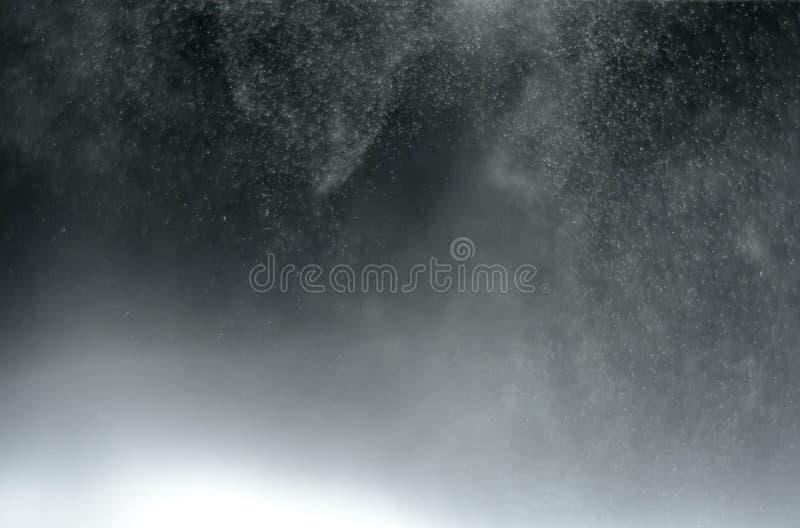 Abstrakcjonistyczna plamy woda mgłowa w czarnym tle zdjęcia royalty free
