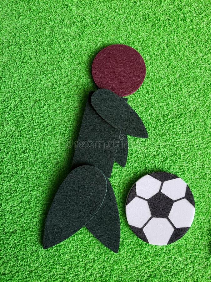 abstrakcjonistyczna postać mężczyzna bawić się futbolową piłkę nożną, opracowywająca z foamy kawałkami fotografia stock