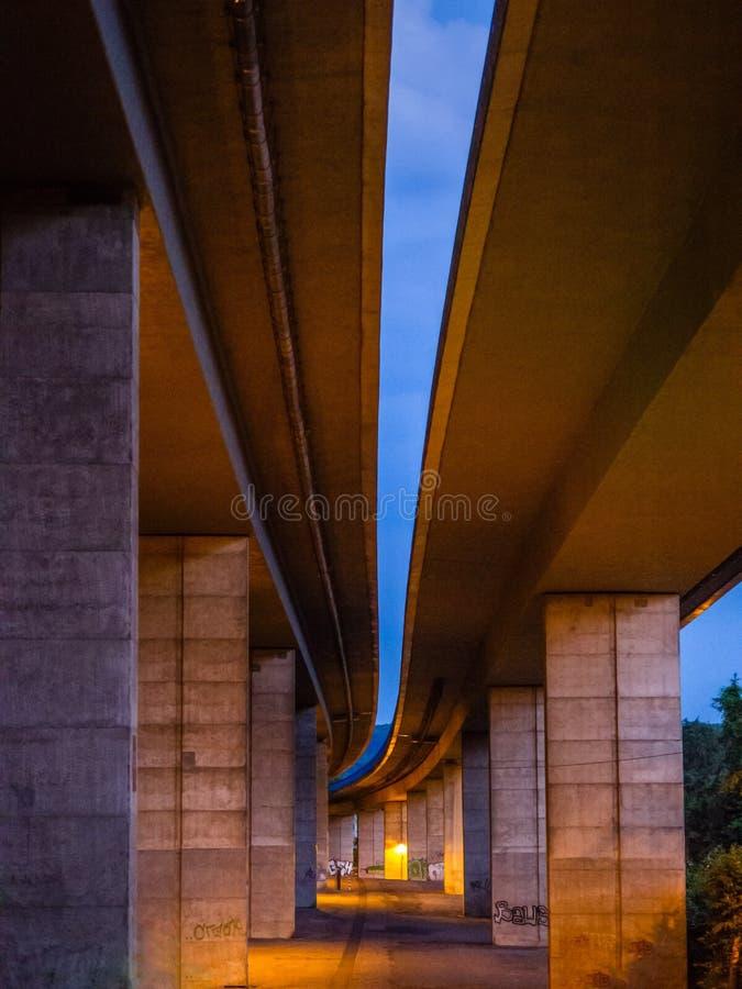 Abstrakcjonistyczna scena pod autostradą w podupadłej części śródmieścia obrazy stock