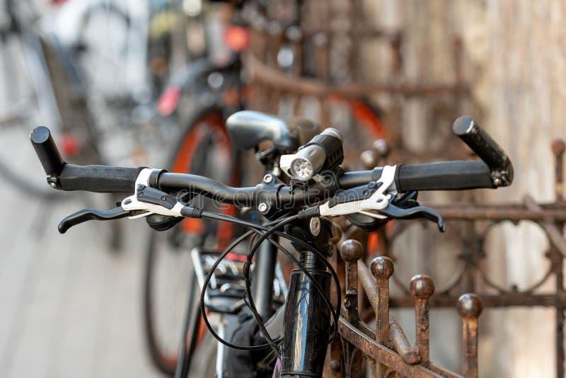 Abstrakcjonistyczna selekcyjnej ostrości fotografia rower jest na ulicznej stronie zdjęcie royalty free