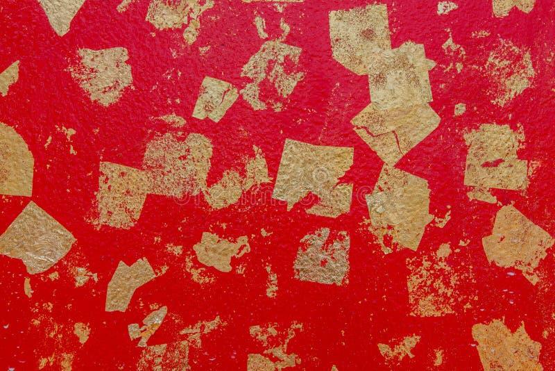 Abstrakcjonistyczna tło tekstury czerwieni cementu ściana z złocistą folią dołączającą fotografia royalty free