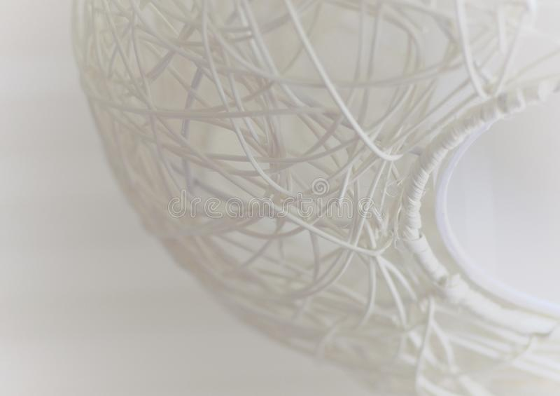 Abstrakcjonistyczna tapeta w białym kolorze z elementem łozinowa podsufitowa lampa zdjęcie royalty free