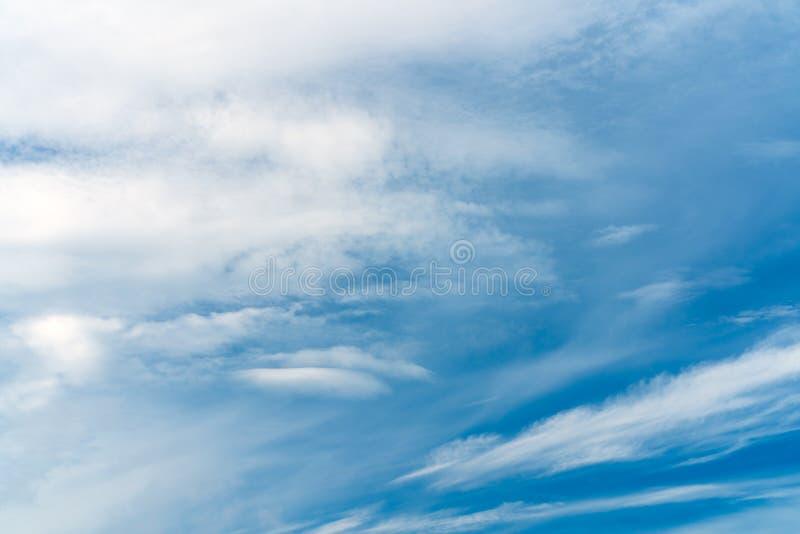 Abstrakcjonistyczna tekstura niebieskie niebo z piórkiem i miękką częścią chmurnieje zdjęcia stock