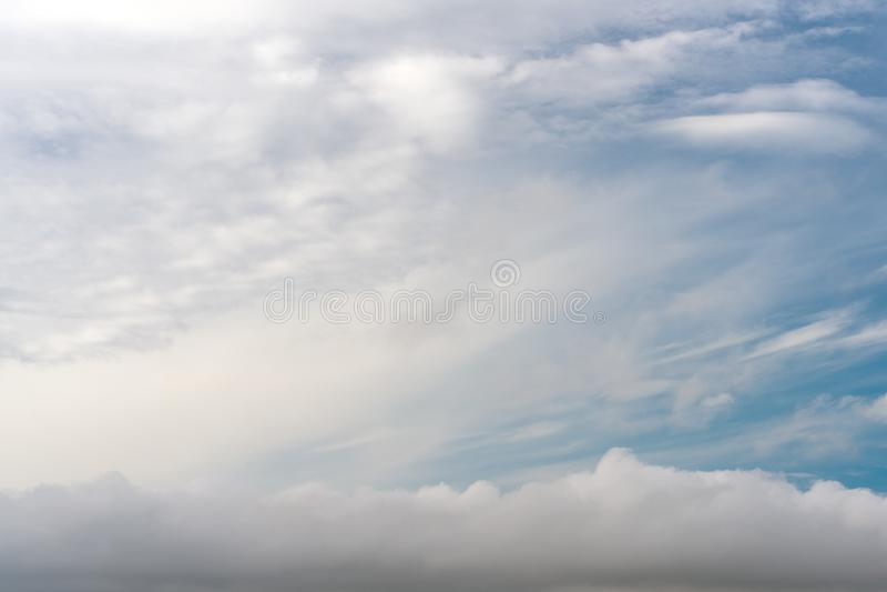 Abstrakcjonistyczna tekstura niebieskie niebo z piórkiem i miękką częścią chmurnieje zdjęcie royalty free