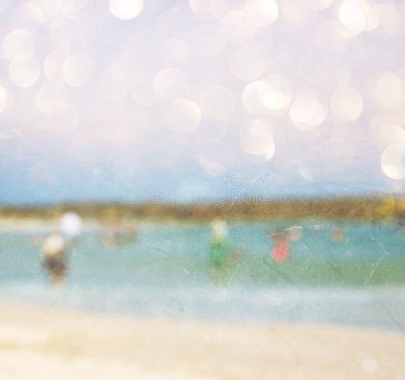 Abstrakcjonistyczna zamazana fotografia ludzie przy plażą, wizerunek zamazuje przygotowywa dla typografii obraz royalty free