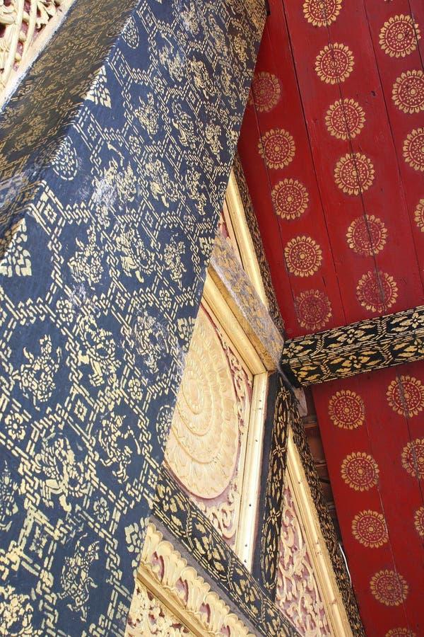 Abstrakcjonistyczne dekoracje w Unesco Wat Xieng świątynnym pasku, Luang Prabang, Laos zdjęcia stock