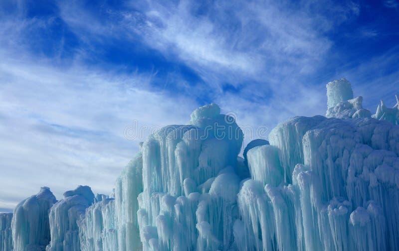 Abstrakcjonistyczne Lodowe rzeźby Przeciw Stronniczo Chmurnemu niebu obraz stock
