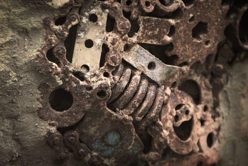 Abstrakcjonistyczne stare maszynowe części z ośniedziały dekoracyjnym na betonowej ściany teksturze dla tła obraz royalty free