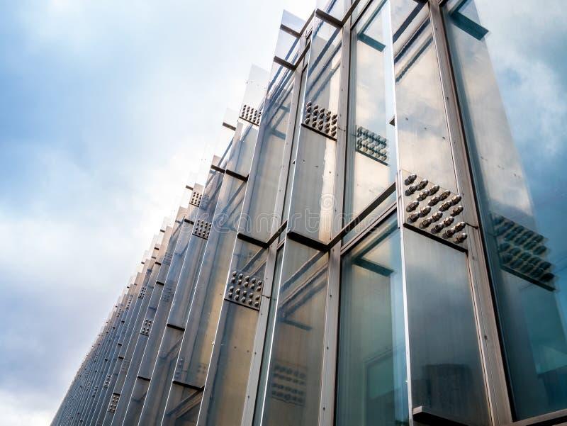 Abstrakcjonistycznego budynku zewnętrzny tło żadny ludzie przestrzeni dla teksta niskiego kąta plenerowego widoku fotografia stock