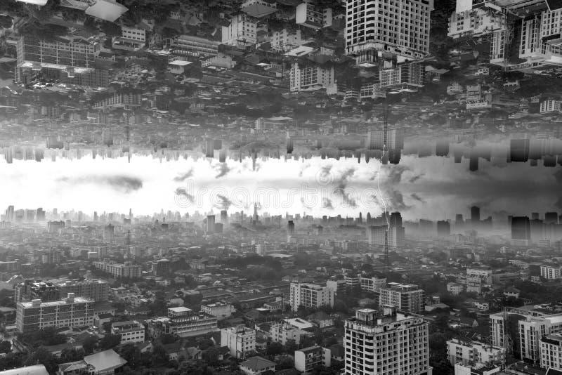 Abstrakcjonistycznego tła do góry nogami pejzaż miejski z burzy chmurą zdjęcie royalty free