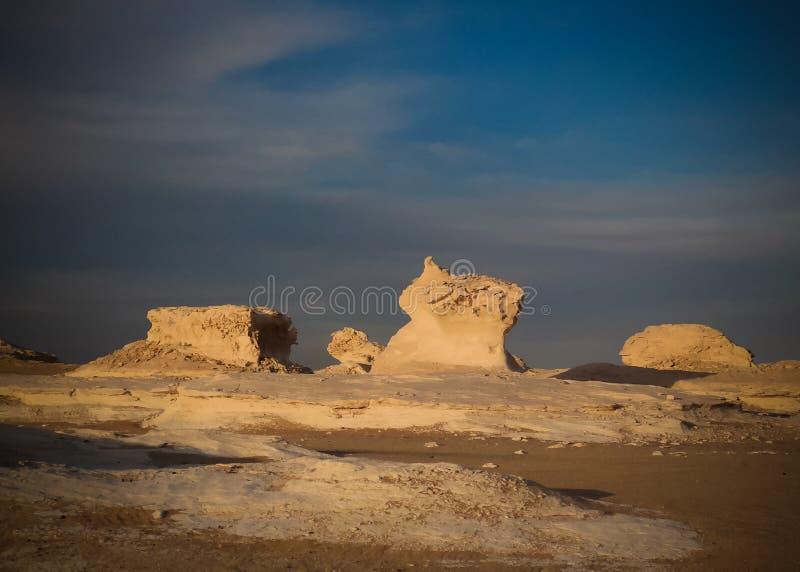 Abstrakcjonistycznej natury rockowe formacje aka rzeźbią w biel pustyni, Sahara, Egipt obraz stock