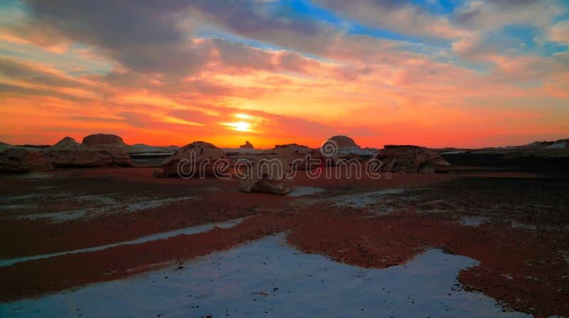 Abstrakcjonistycznej natury rockowe formacje aka rzeźbią przy wschodem słońca, biel pustynia, Sahara, Egipt fotografia royalty free