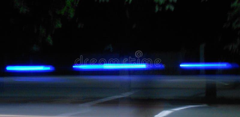 Abstrakcjonistyczni błękitni lampasy na czarnym tle obrazy stock