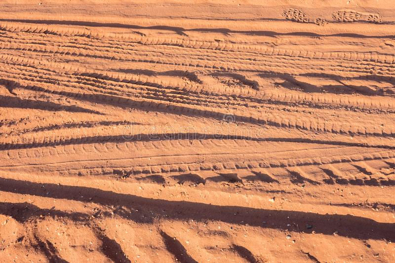 Abstrakcjonistyczni pojazdu koła ślada na piasek drodze zdjęcie royalty free