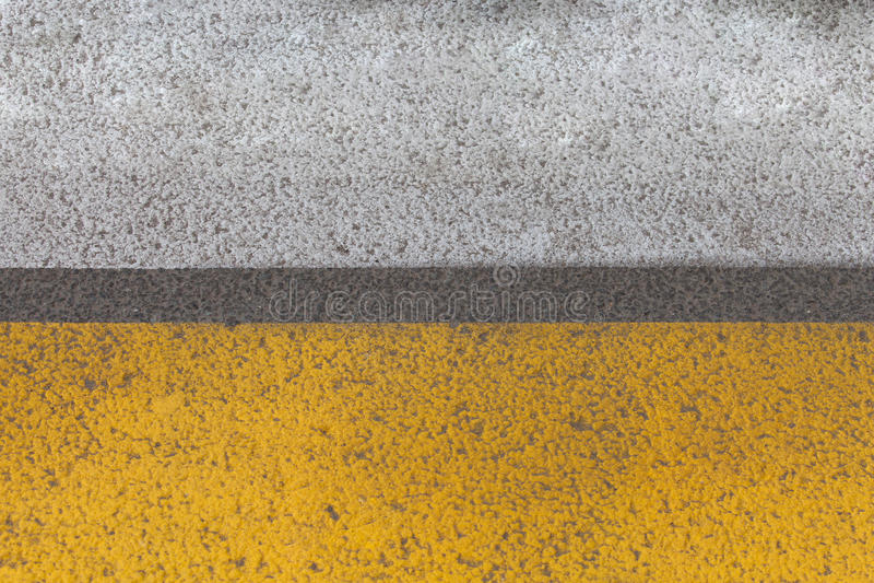 Abstrakcjonistyczny żółty drogowego ocechowania czerep z opona śladu ulgą dalej obrazy royalty free